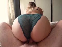 Mädchen masturbiert Cums Höschen