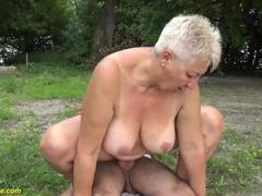 Nackt wald hausfrau im Nackte Hausfrauen